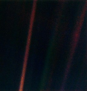 Pale_Blue_Dot-earth-Voyager1-1990